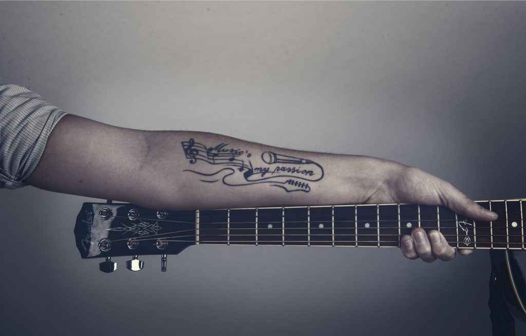 Arm mit Gitarrentattoo von Robert Braun alias The Jam Man Singer & Songwriter