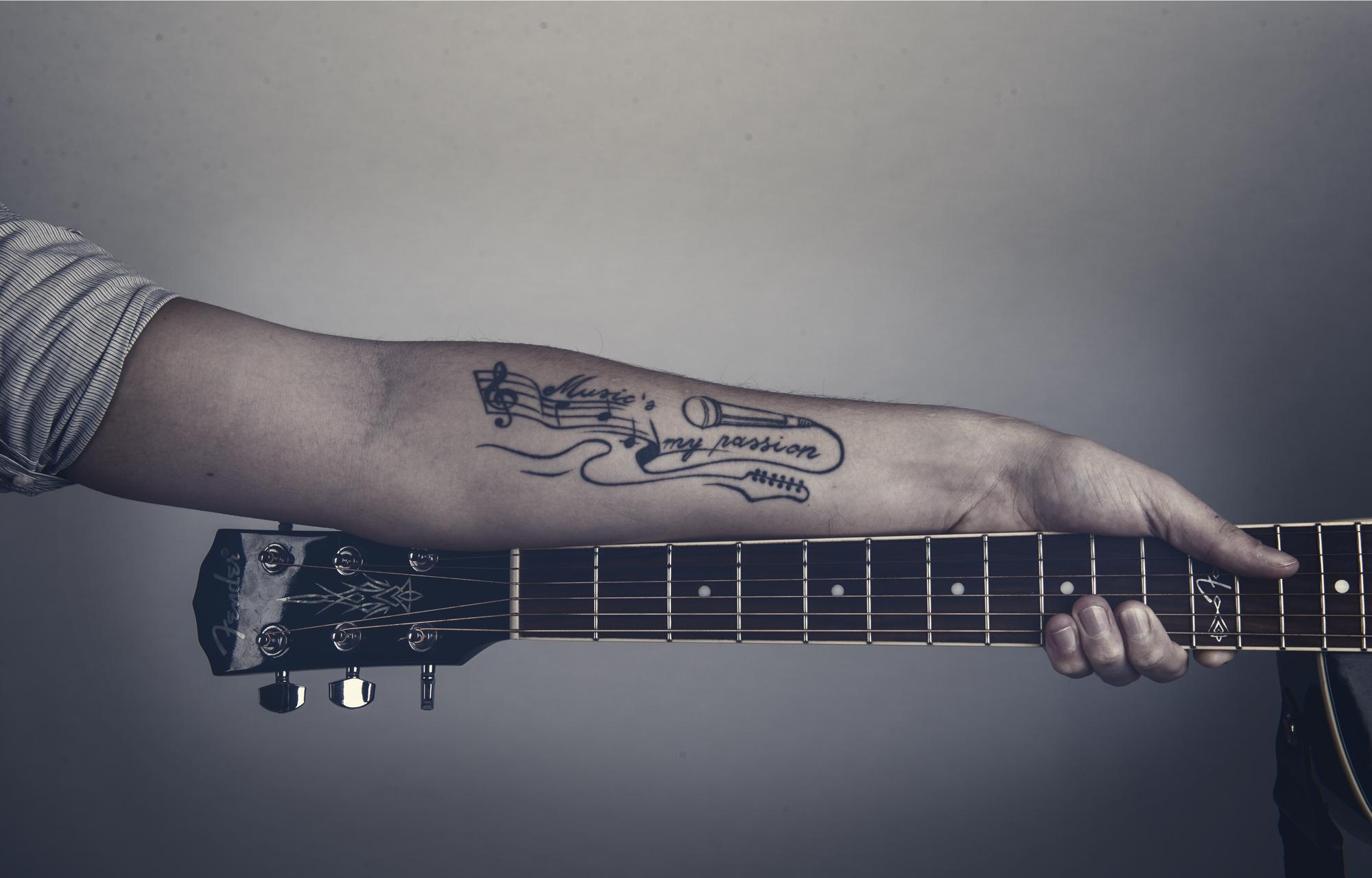 Arm mit Gitarrentattoo von Robert Braun alias The Jam Man Singer & Songwriter